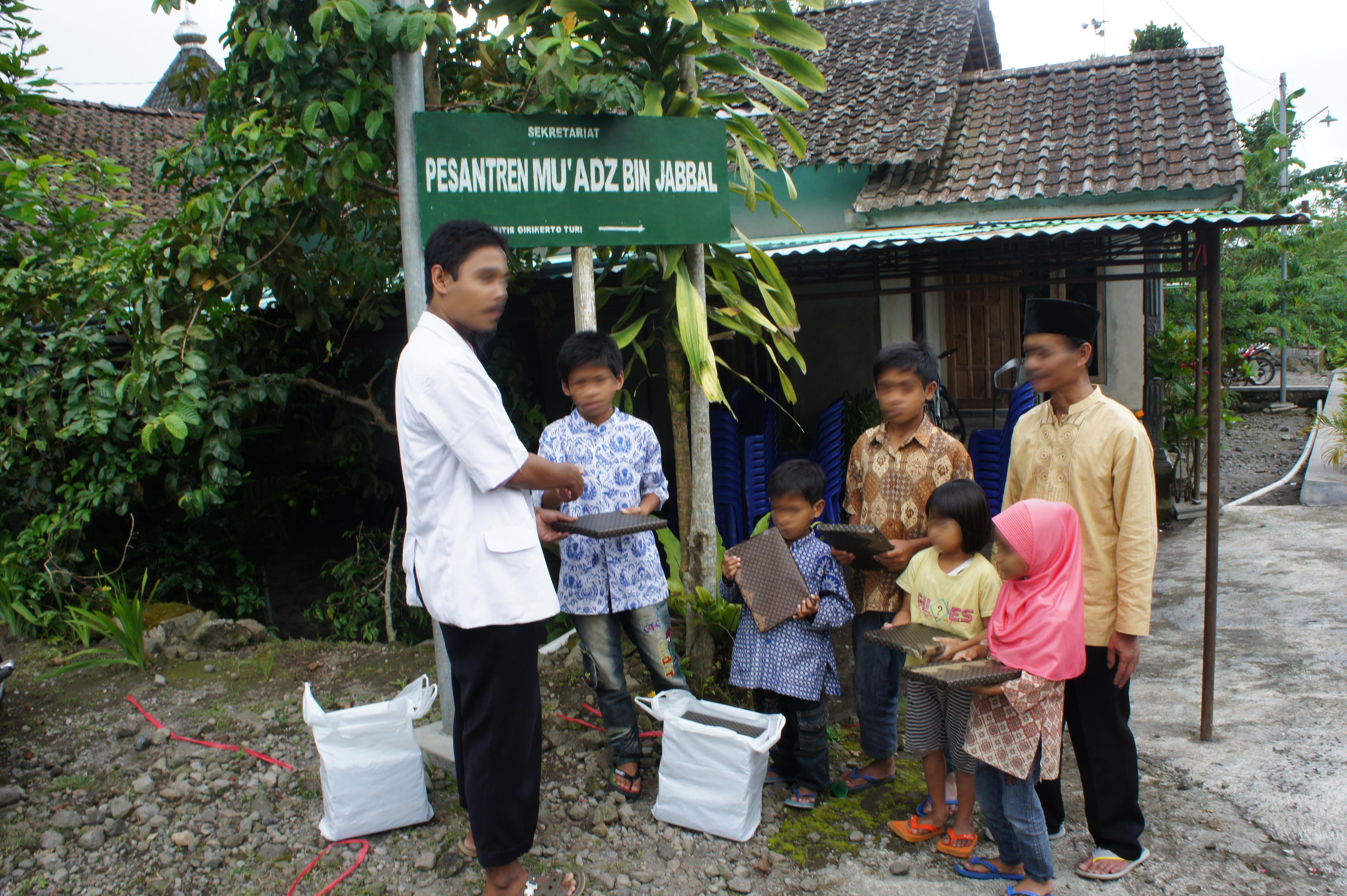 Penyerahan hadiah kepada 26 anak yatim selepas acara Layanan Kesehatan Gratis usai. Penyerahan dilakukan oleh dr. Adika Mianoki (baju putih).