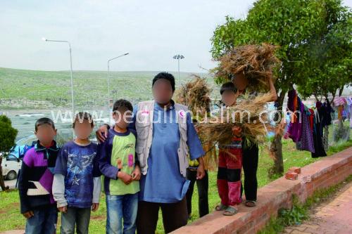 Ustadz Abu Sa'ad bersama anak-anak Suriah di sekitar Kamp Pengungsian Al-Karamah di kota Atema - Suriah