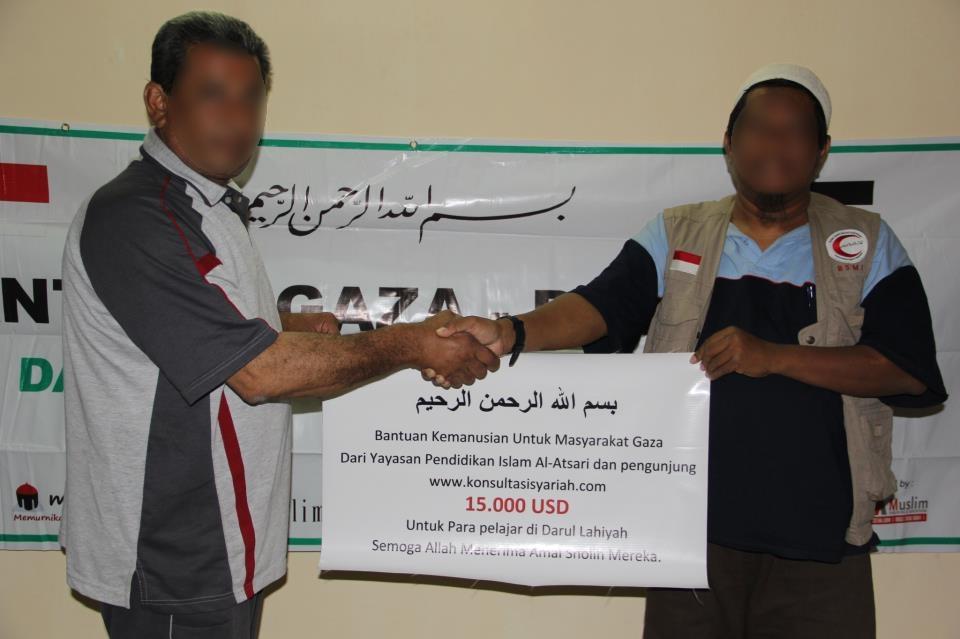 Sebelum menuju Turki, menyerahkan bantuan kaum muslimin Indonesia kepada warga Gaza.