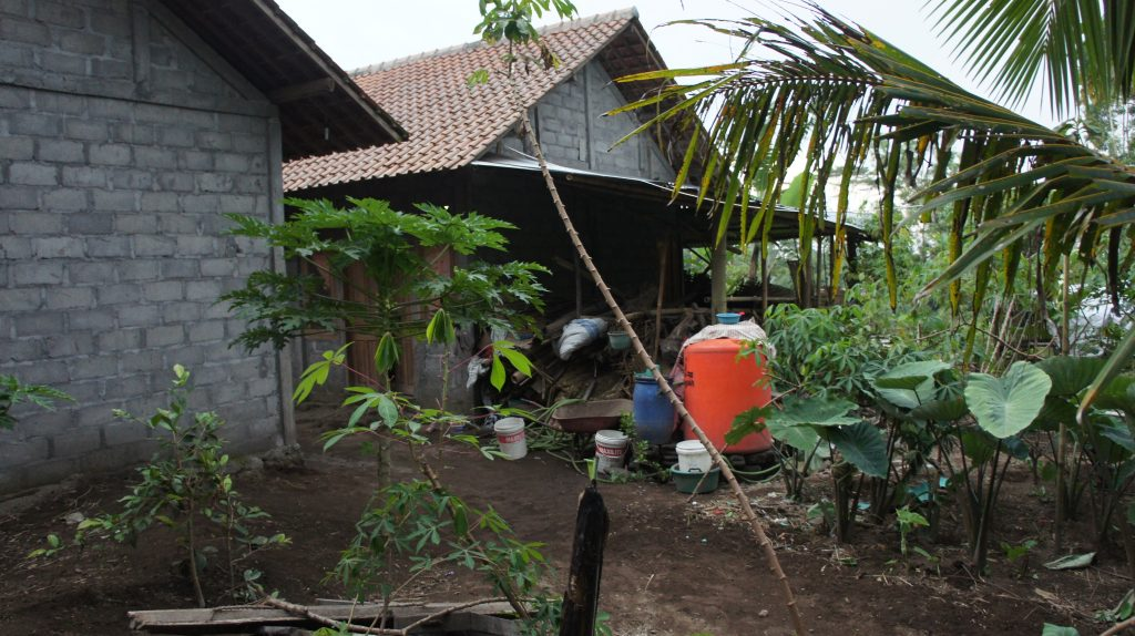 Di tumpukan bambu itulah akan dibangun kamar mandi dan WC umum
