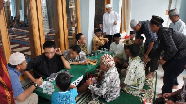 Relawan Peduli Muslim dari Fakultas Kedokteran UGM memeriksa tensi peserta baksos
