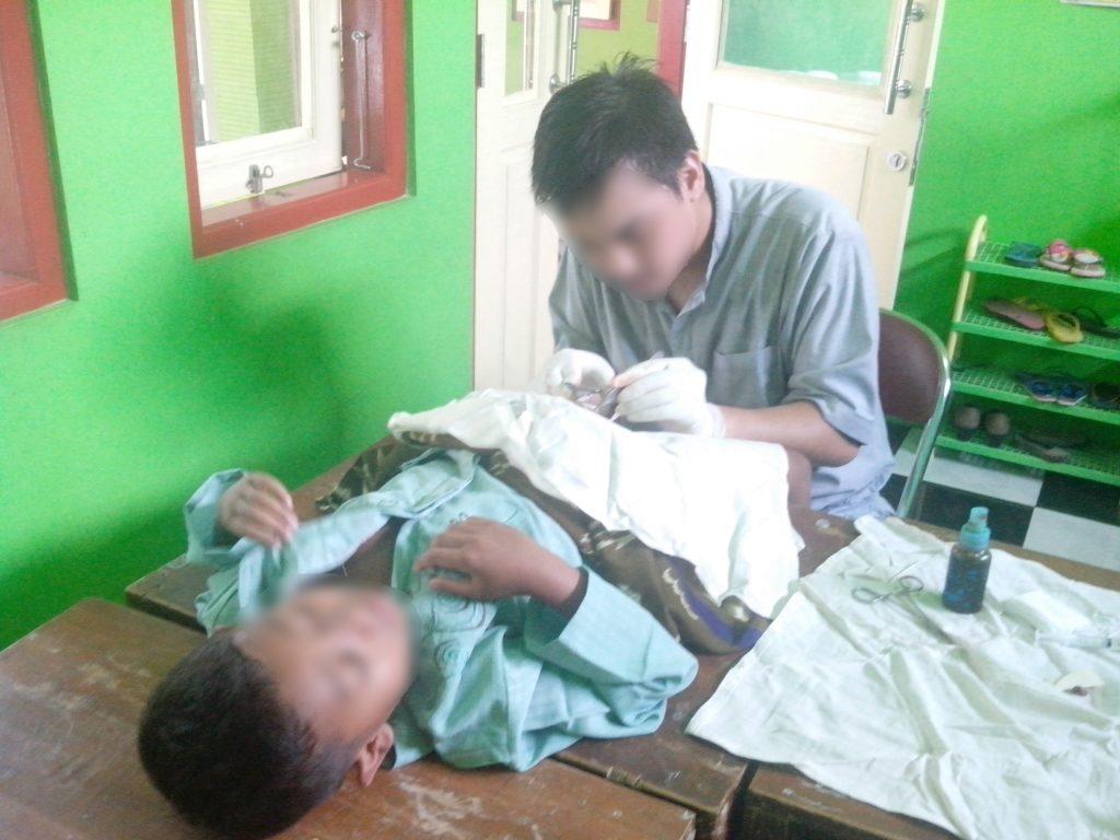 Abdiyat Sakrie, relawan medis Peduli Muslim mengkhitan salah satu anak.