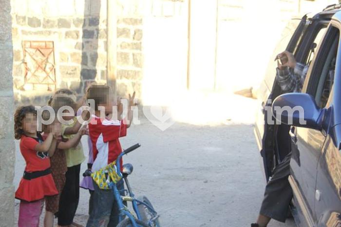 Anak-anak Suriah menyambut kedatangan tim relawan Peduli Muslim