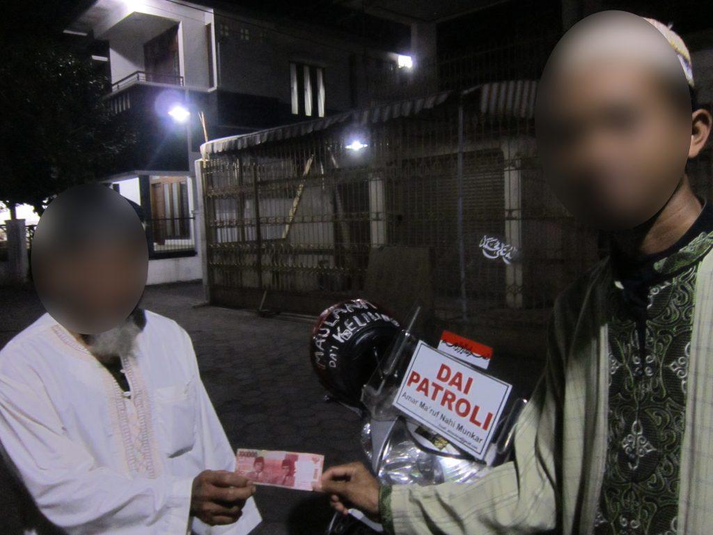 Foto: Relawan Peduli Muslim, Maulana, menyerahkan zakat mal kepada Mbah Zamhari